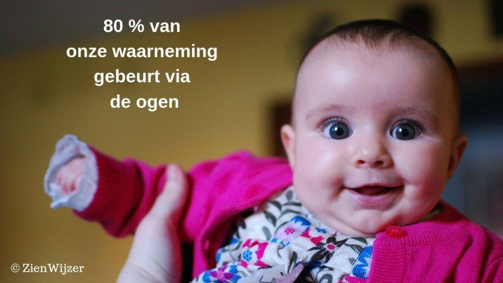 Baby met grote blije ogen en gezicht